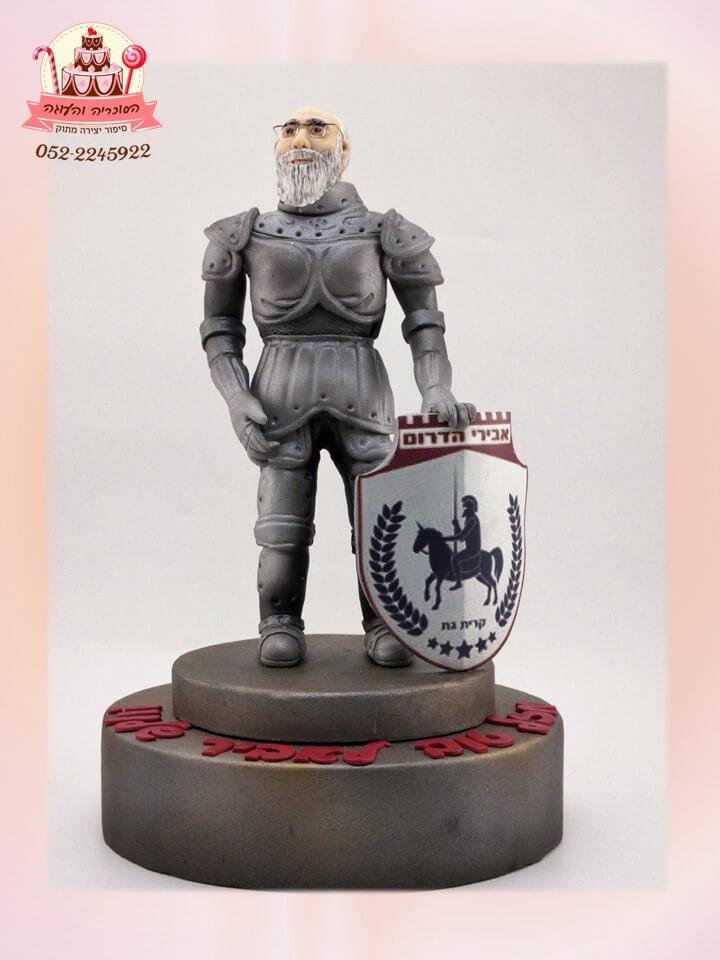 טופר אביר שעוצב על פי תמונה הפתעה לחוגג יום ההולדת