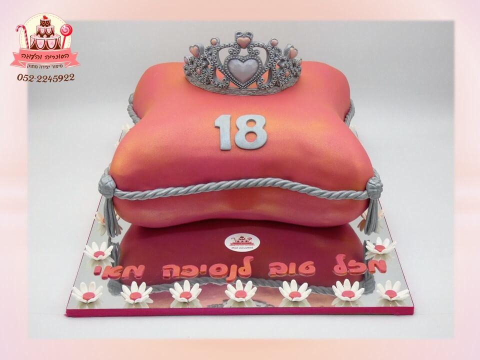 עוגה מבצק סוכר בצורת כרית עם כתר כסוף - דורית יחיאל