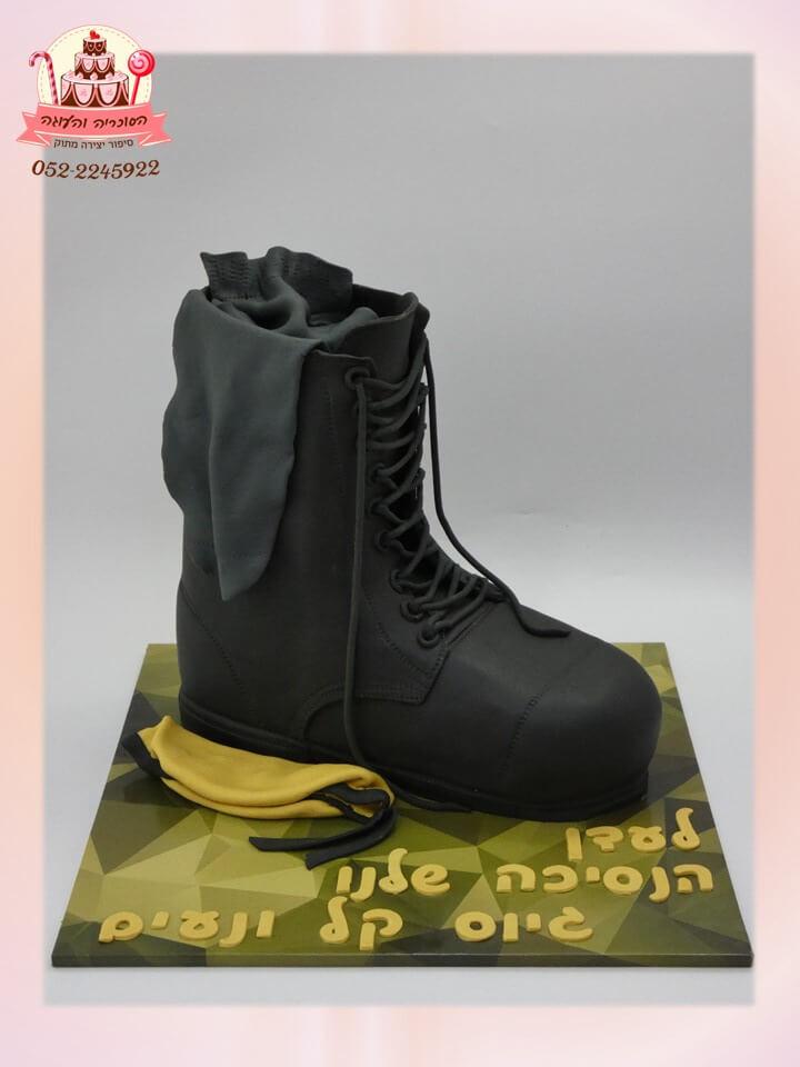 עוגה מעוצבת לגיוס, הנעל כולה עשויה עוגת שוקולד שכבות עשירה
