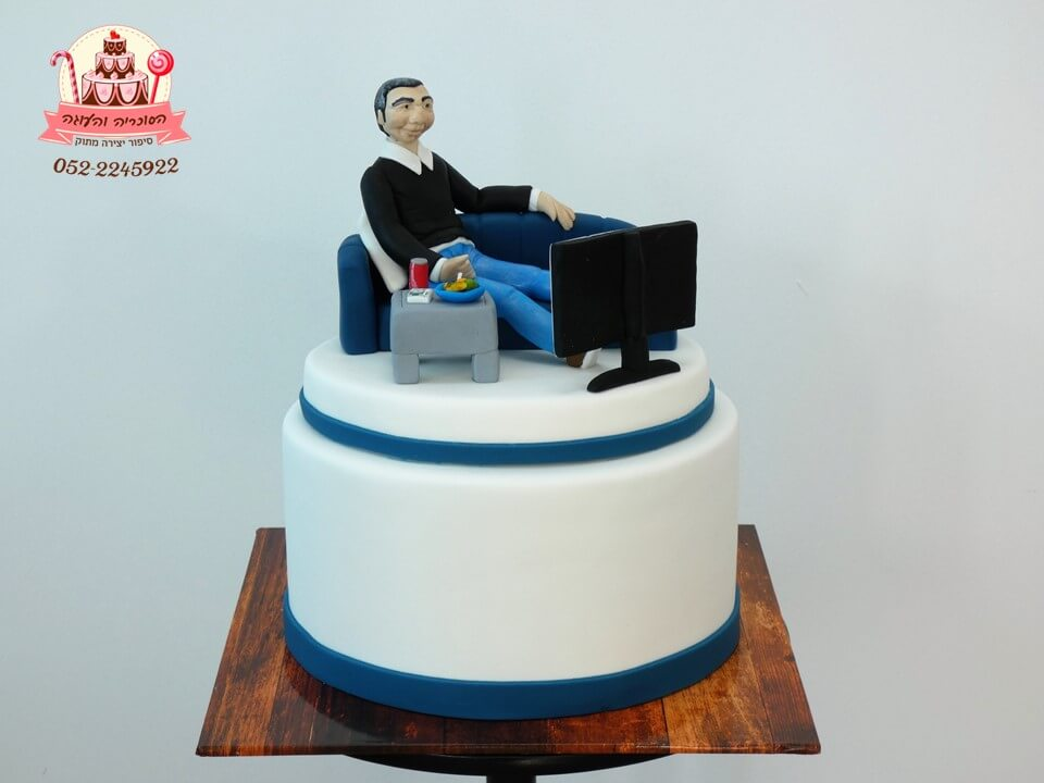 עוגה מעוצבת גבר יושב על ספה שולחן וטלוויזיה | דורית יחיאל, העוגה והסוכריה