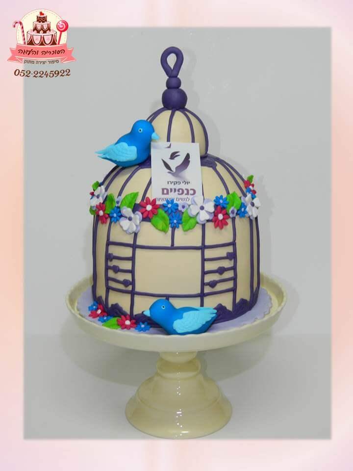 עוגה מעוצבת בצורת שובח יונים לפתיחת בית לנשים עצמאיות