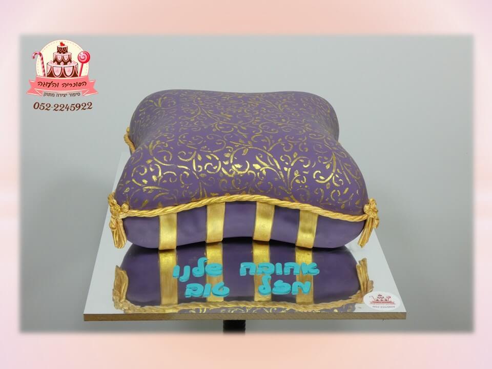 עוגה מעוצבת ליום הולדת, עוגת בצק סוכר בצורת כרית סגול-צהוב של אלאדין.