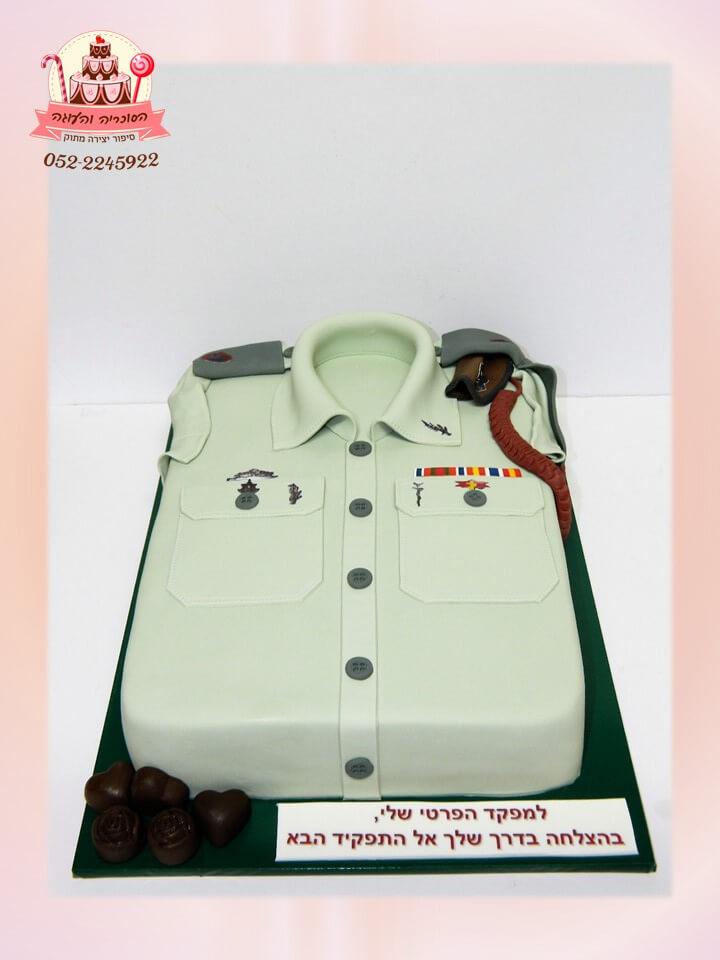 עוגה מעוצב לקצין בצורת חולצת חייל ירוק בהיר, עוגות מעוצבות למבוגרים