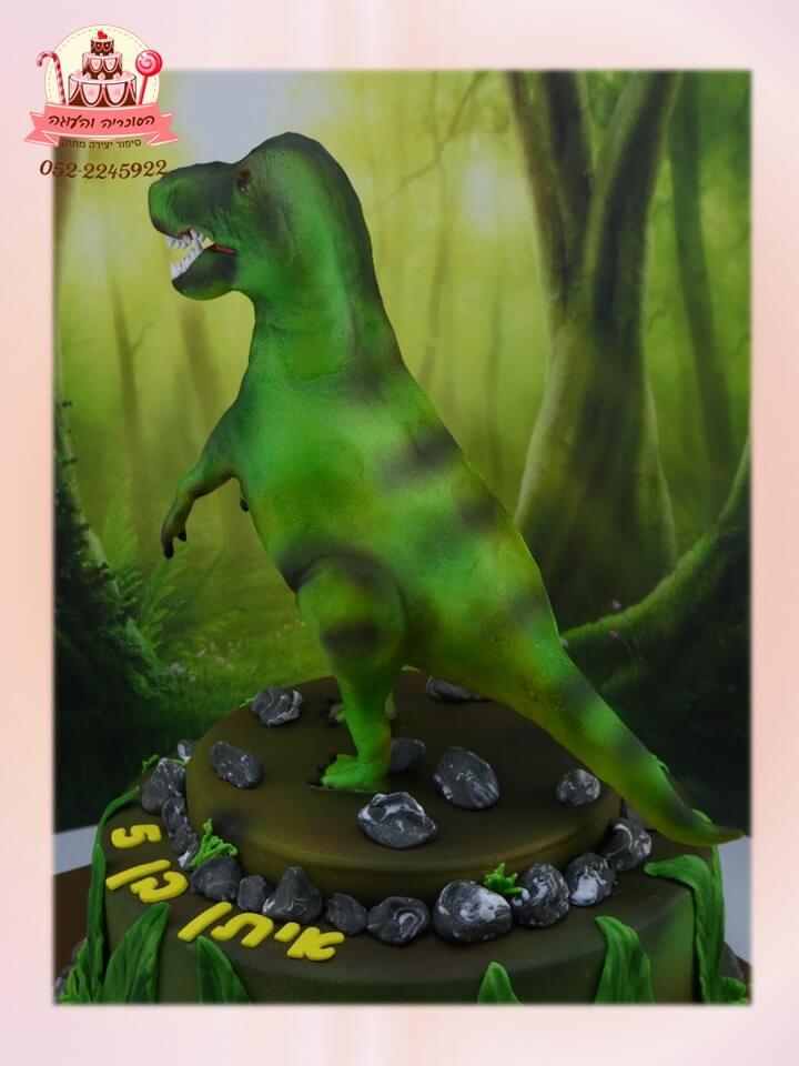 עוגת יום הולדת דינוזאור בזווית אחורית