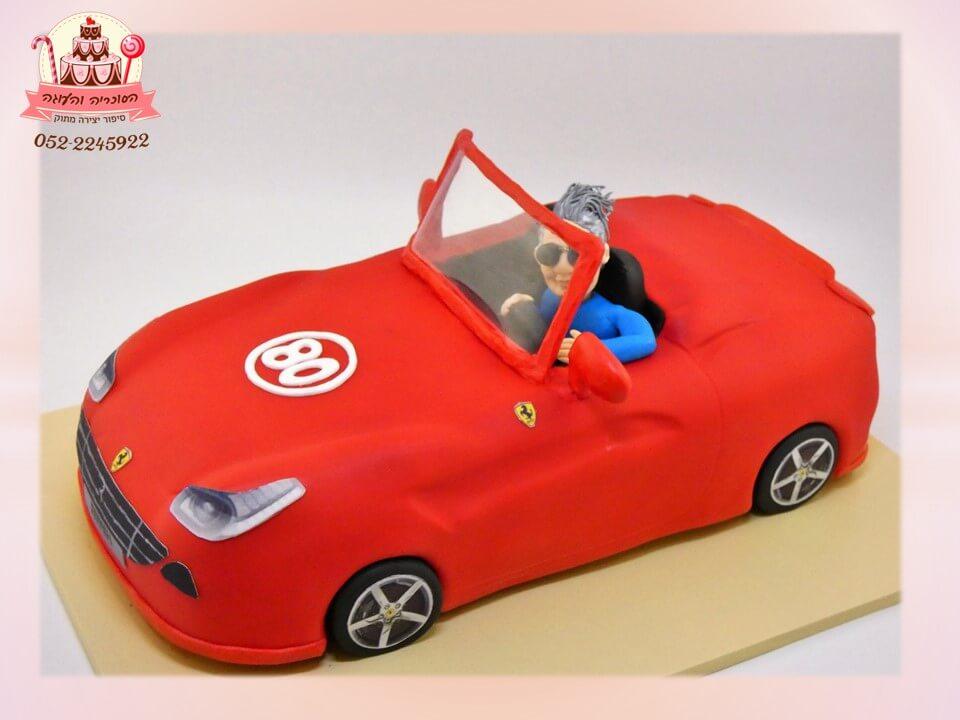 עוגה בצורת מכונית ספורט בתוספת דמות