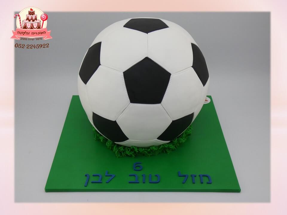 עוגה מעוצבת בצורת כדורגל