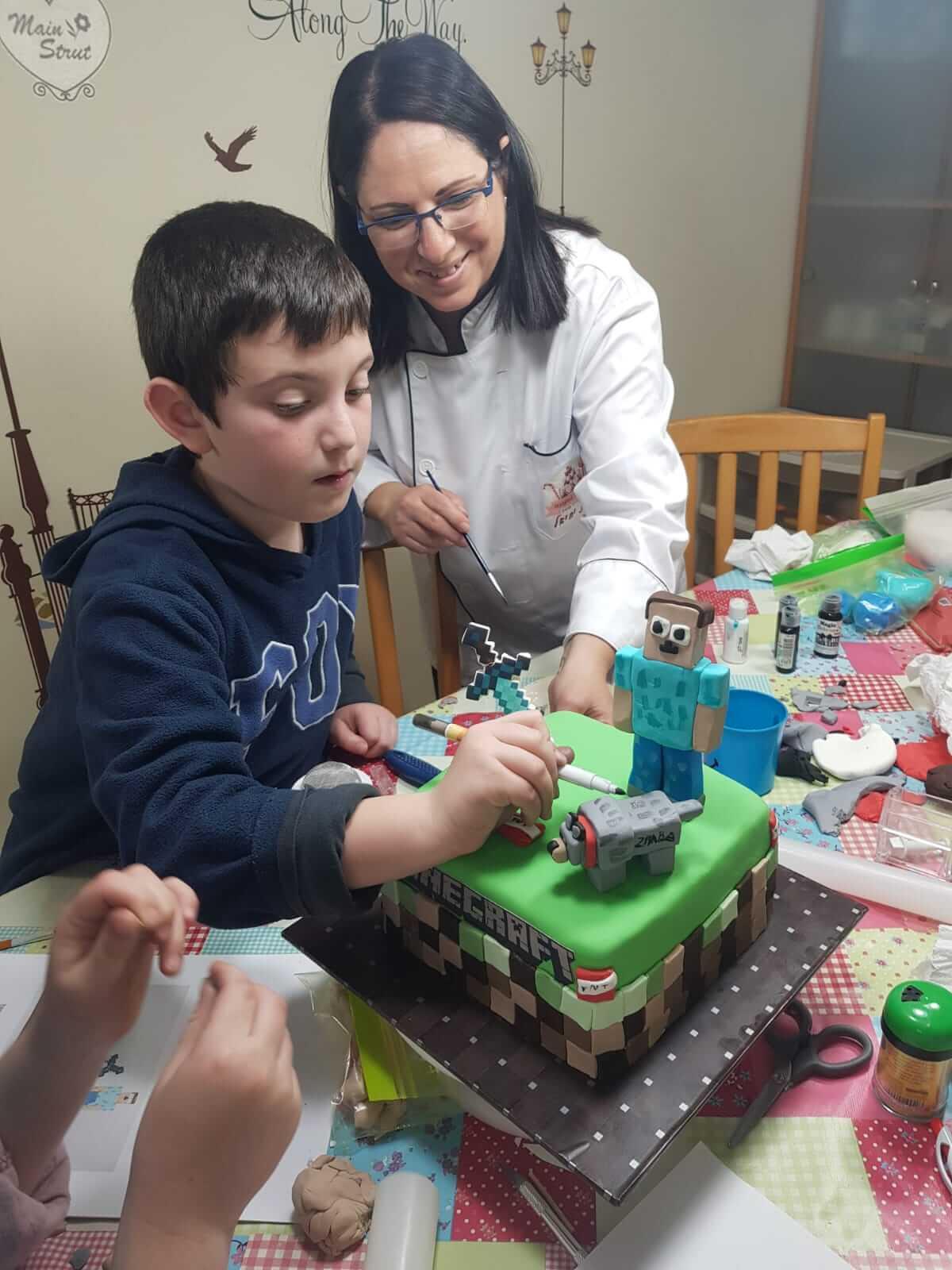 יצירת עוגת בצק סוכר ליום הולדת, לפי סקיצת מיינקראפט שצייר ילד היום הולדת. סדנת בצק סוכר אישית ליומהולדת לפי סקיצה אישית של מיינקראפט