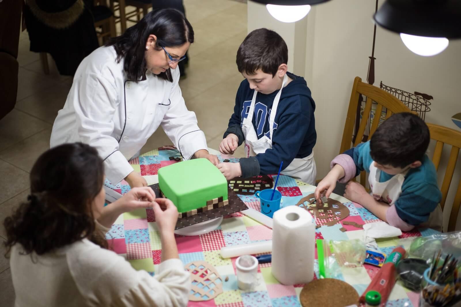 סדנאות יצירה בבצק סוכר לילדים, הכנת עוגת מיינקראפט - דורית יחיאל
